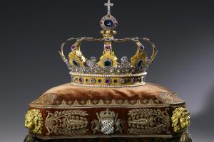 """Die Königskrone in ihrer (fast) ganzen Pracht – der """"Blaue Wittelsbacher"""" in der Spitze ist nur ein Imitat. Das Original wurde einst verkauft. Aus Geldnot."""