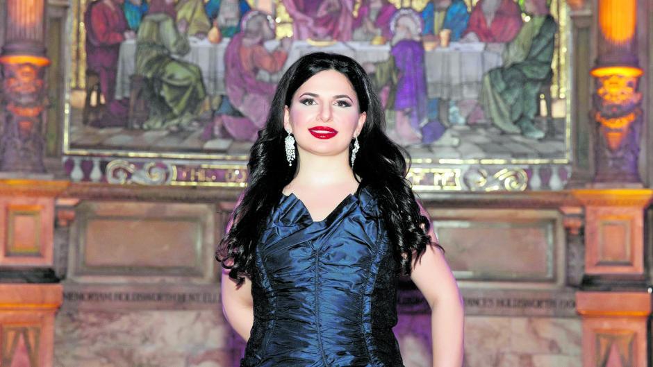 """Das letzte Abendmahl: die """"Krypto-Queen"""" Ruja Ignatova vor einem Gemälde. Die Bulgarin hat offenbar mit der vorgetäuschten Kryptowährung """"OneCoin"""" Menschen auf der ganzen Welt um mehrere Milliarden Euro gebracht. Das Foto stammt aus dem Pressebereich der Firmen-Homepage, die bis vor kurzem online war."""