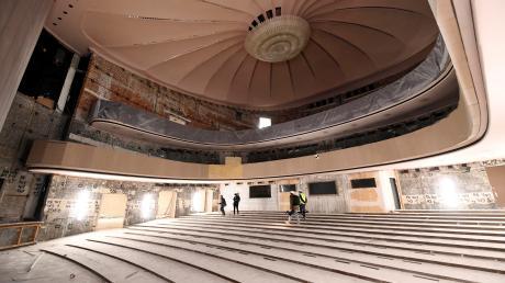 So sieht der Zuschauerraum im Großen Haus aktuell aus: Die Ausstattung, zu der Bestuhlung und Wandverkleidung gehören, wurde ausgebaut.