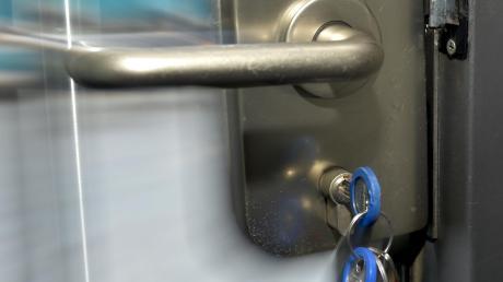 Wer einen Schlüssel innen stecken lässt oder ohne Schlüssel aus dem Haus geht, muss unter Umständen einen Schlüsseldienst in Anspruch nehmen. Nicht immer sind die Anbieter seriös.