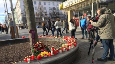 Zahlreiche Medien filmen am Sonntag am Tatort.