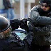 Immer wieder werden Polizeibeamte im Einsatz attackiert und dabei verletzt. Nun hat ein 38-jähriger Polizist aus dem Landkreis Augsburg den Freistaat auf Schmerzensgeld verklagt.