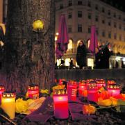 Der Prozess um den tödlichen Schlag am Königsplatz in Augsburg läuft. Der Vorfall beschäftigt die ganze Stadt - viele Menschen drückten 2019 mit Kerzen ihre Anteilnahme aus.