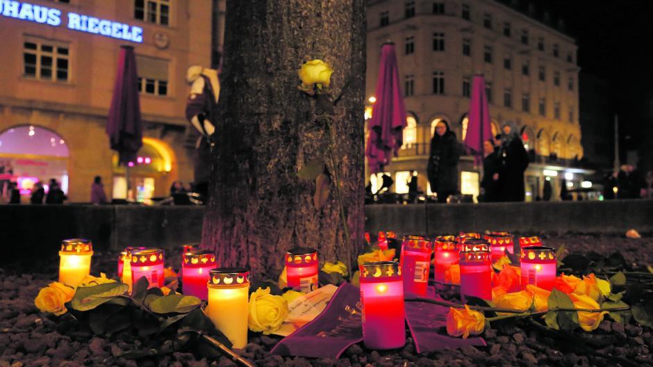Blumen und Kränze erinnern in der Nähe des Tatortes an den getöteten Feuerwehrmann.