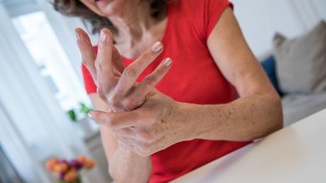 Schmerzen in den Gelenken können viele Ursachen haben: Sie reichen von Gelenkverschleiß über chronische Erkrankungen bis hin zu Infektionen.