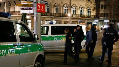 Polizeieinsatz nach der tödlichen Attacke auf einen 49-jährigen Mann am Königsplatz: Der Kö gilt als Kriminalitätsschwerpunkt, deshalb gibt es seit gut einem Jahr auch eine Videoüberwachung.