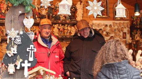 Christian Plancker (Mitte) mit seinem Onkel Engelbert Runggaldier auf dem Weihnachtsmarkt in Neuburg.