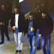 Bilder einer Überwachungskamera der Polizei zeigen die Jugendgruppe am Königsplatz kurz vor der tödlichen Gewalttat am Freitagabend. Ein anderes Video einer Dashcam zeigt die tödliche Gewalttat am Freitagabend. Wir werden das Video in diesem Artikel allerdings nicht zeigen.