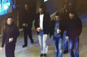 Bilder zeigen die Jugendgruppe am Königsplatz kurz vor der tödlichen Gewalttat am Freitagabend.  Am Montag wurden alle Verdächtigen dem Ermittlungsrichter vorgeführt.