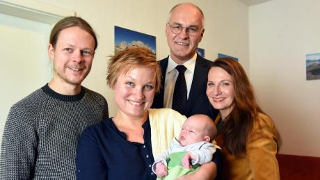Die Stadt begrüßt ihren 300000. Einwohner (von links): Vater Jan Kiesewetter, Mutter Amelie Düffert mit Melba, OB Kurt Gribl mit Frau Sigrid.