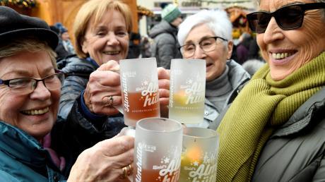 Glühwein ist in Augsburg etwas günstiger als im Bundesschnitt. Gefragt sind derzeit auch Getränke ohne Alkohol. Unser Bild zeigt Magdalena Kosub (von links), Heidi Gonizianer, Hedwig Mitschele und Maria Malter.