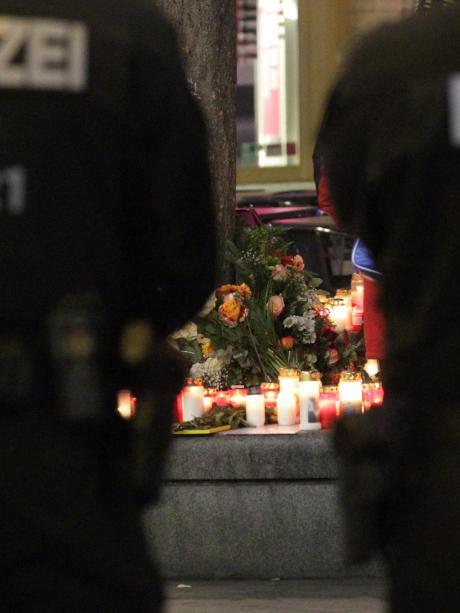 Verstärkte Präsenz: Beamte der Bereitschaftspolizei stehen in der Nähe des Tatorts auf dem Königsplatz.