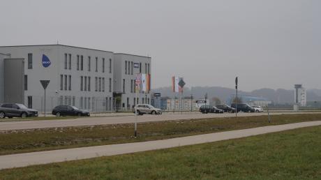 Das Babcock-Gebäude am Augsburger Flughafen ist verkauft worden. Die Ostler-Firmengruppe plant für die Zukunft Wartungen von Hubschraubern, möglicherweise auch wieder Schulungsflüge.