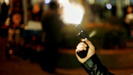 Weil bei dem Dreh eines Rap-Videos in Augsburg-Hochzoll mit einer Schreckschusspistole herumgefuchtelt worden war, wurden zwei junge Männer nun zu Geldstrafen verurteilt.