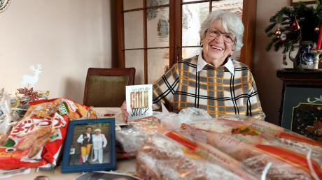 Sage und schreibe 27 Stollen hat Elly Grass gebacken, um sie dann in alle Welt zu verschicken. Seit vielen Jahren nimmt die Augsburgerin Gastschüler aus aller Herren Länder bei sich auf. Zu vielen von ihnen hat sie auch nach Jahren noch Kontakt.