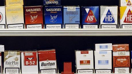 Bargeld und stangenweise Zigaretten hat die Angestellte einer Tankstelle gestohlen.