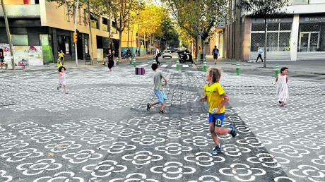 In Barcelona hat die Stadtverwaltung im Jahr 2016 begonnen, den Durchgangsverkehr aus Stadtvierteln auszusperren. Im Straßenraum wurden Freiflächen für Fußgänger eingerichtet (Foto).