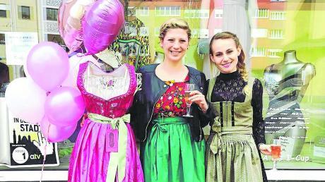 Doris Durstin (links), hier zusammen mit Helena Grezinger, bietet in ihrem Secondhandladen in der Jakobervorstadt Trachten und Abendmode an.