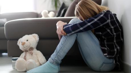 Ein Vater soll seine zehnjährige Tochter in Tapfheim derart geschlagen haben, dass das Kind ins Krankenhaus gebracht werden musste.