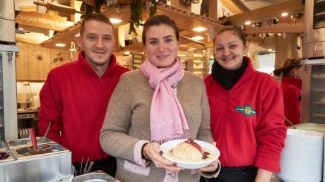 Stefanie Schmidt (Mitte) und ihre Mitarbeiter Sebastian Fano und Liliana Hebebean haben noch gut zu tun. An Heiligabend geht es für Hebebean und Fano auf nach Rumänien.