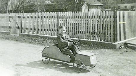 Der Bruder von Paul Pöller, Rudolf, fährt auf diesem Foto mit dem Tretmobil, das beide 1949 zu Weihnachten geschenkt bekommen hatten.