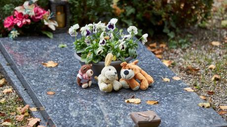 Auf Josefs Grab erinnern kleine Plüschtiere daran, dass hier ein Kind begraben liegt. Der Bub kam während des Familienurlaubs ums Leben.