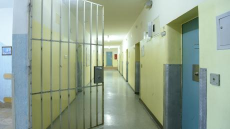 Manfred K. saß 16 Monate lang in Gablingen in Untersuchungshaft. Der Vorwurf: Er soll seine Tochter missbraucht haben. Am Ende kommt er frei, doch hinter ihm liegen schreckliche Monate.