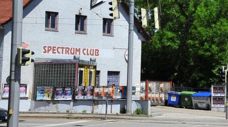 """Vor dem Club """"Spectrum"""" in Augsburg wurde ein 50-jähriger Mann offenbar völlig unvermittelt attackiert und schwer verletzt."""