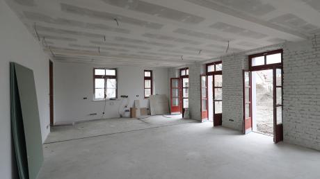 """Es riecht """"neu"""" im Alten Hochzoller Schulhaus. In diesem Raum soll einmal die Bewirtung des Jugend-Cafés stattfinden. Die bodentiefen Fenster lassen viel Licht und gegebenenfalls Sonne ein."""
