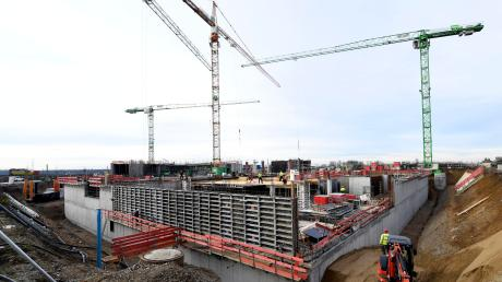 """Großbaustelle im Innovationspark: Nahe der B17 entsteht der Bürokomplex """"Weitblick 1.7""""."""