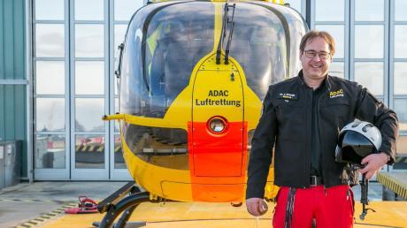 """Jürgen Schmidt ist als Notarzt für die ADAC Luftrettung mit """"Christoph 40"""" im Einsatz, der seit 2014 auf dem Dach des Universitätsklinikums Augsburg stationiert ist."""