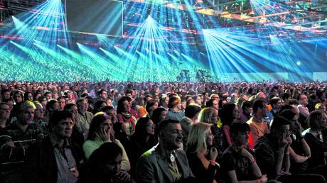 """Die """"Mehr""""-Konferenz wächst und wächst. Dieses Mal kamen nach Auskunft der Veranstalter rund 12.000 Besucher ins Augsburger Messezentrum, um an der viertägigen christlichen Veranstaltung teilzunehmen."""