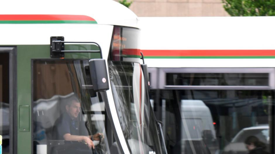 Auf der Heckstoßstange einer Straßenbahn fuhren zwei Jungs mit. Symbolbild