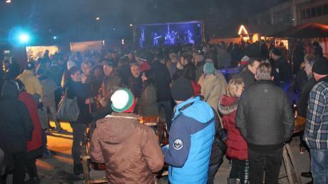 Beim ersten Winter-Open-Air strömten zahlreiche Besucher auf das Gelände der Freiwilligen Feuerwehr Kriegshaber in der Max-von-Laue-Straße.