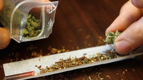 Ein Mann dreht sich einen Joint mit Marihuana: Ein junger Flüchtlinge ist auf die schiefe Bahn geraten, weil er Drogen nahm, deshalb Geld brauchte und dann selbst in den Drogenhandel einstieg. Er wurde erwischt, bekommt aber noch einmal eine Chance.