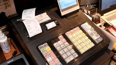 Seit Januar müssen Händler mit elektronischen Registrierkassen zwingend Kassenbons ausdrucken, der Kunde muss sie jedoch nicht mitnehmen. Viele Geschäftsinhaber ärgern sich darüber.