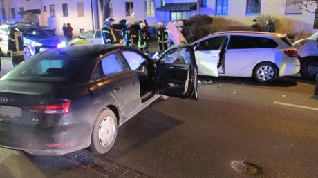 An einem Verkehrsunfall in der Hirblinger Straße in Oberhausen waren drei Fahrzeuge beteiligt. Zwei Verletzte mussten ins Krankenhaus gebracht werden.