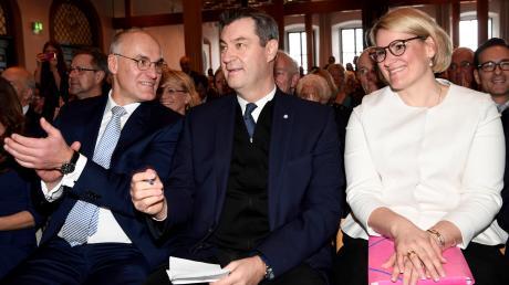 Oberbürgermeister Kurt Gribl, Ministerpräsident und CSU-Vorsitzender Markus Söder und Oberbürgermeisterkandidatin Eva Weber (v.on links) beim Neujahrsempfang der Augsburger CSU im Rathaus.