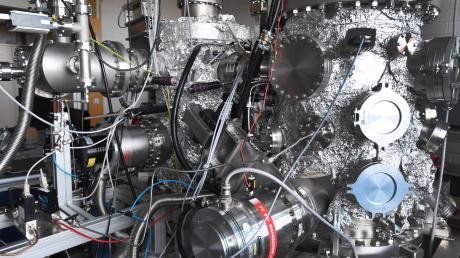 Damit Wissenschaftler forschen können, sind sie in vielen Fällen auf Fördergelder angewiesen. Einer der wichtigen Geldgeber ist die Deutsche Forschungsgemeinschaft. Unser Bild zeigt eine technische Anlage in der Augsburger Physik.