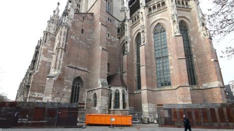 Blick auf den südöstlichen Münsterplatz, beim Südturm des Münsterchors, steht auch die Valentinskapelle. Seit Tagen wird der etwa 100 Meter lange Bauzaun abgebaut und das dahinter lagernde Baumaterial abtransportiert.