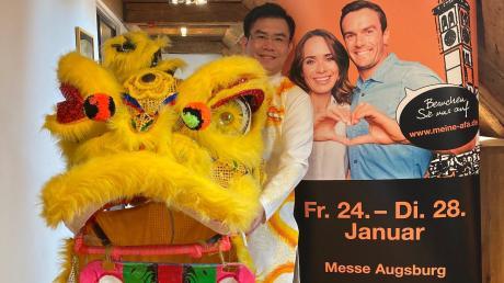 Duc Hieu Pham bringt sein Heimatland Vietnam den Besuchern der afa näher. Bei der Präsentation hatte er einen Löwenkopf dabei, der bei einem traditionellen Löwentanz am Sonntag, 26. Januar, zum Einsatz kommt.