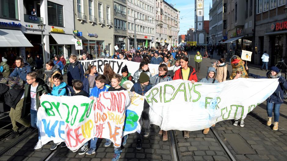 """Am Freitag gingen wieder zahlreiche Klimaschützer auf die Straße. Sie feierten ein """"trauriges"""" Jubiläum, wie sie es ausdrückten: ein Jahr Fridays for Future in Augsburg."""