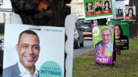Überall in Augsburg buhlen gerade Wahlplakate um die Aufmerksamkeit der Passanten.
