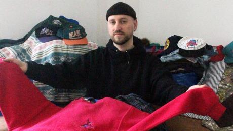 Daniel Weizel verkauft nicht nur gebrauchte Kleidung, teilweise näht er sie auch um, damit sie modischer aussieht.