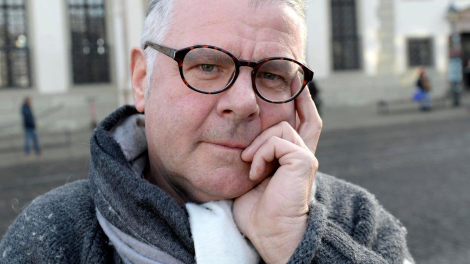 Der Christkindlesmarktstand von Werner Rödel wurde angezündet. Dieser überlegt, wie sein nächster Stand noch schöner werden kann.