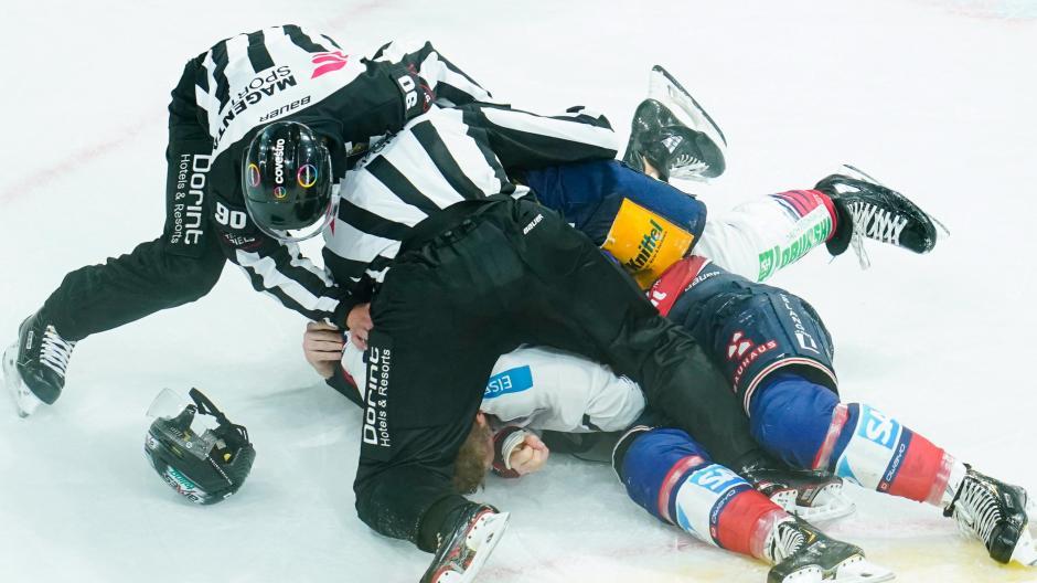 Eishockey ist ein rauer Sport. Das gilt auch für die Schiedsrichter, die sich oft mit vollem Körpereinsatz ins Getümmel stürzen müssen.