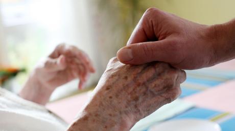 Die Augsburger Hospiz- und Palliativversorgung ist ein Zusammenschluss von über 50 Einrichtungen und Organisationen in Stadt und Landkreis Augsburg, die Interessen der Palliativarbeit vertreten. Am Mittwochabend findet dazu eine Podiumsdiskussion mit Oberbürgermeister-Kandidaten in Augsburg statt.