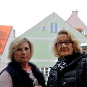 Yvonne Sellke (links) und Eva Jafri leben in Eigentumswohnungen in einem Haus in der Schwibbogengasse. Sie fühlen sich durch Kurzzeitmieter verunsichert.
