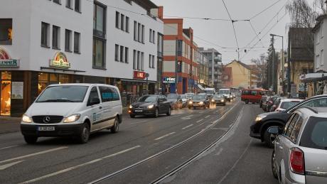 Die Bürgermeister-Aurnhammer-Straße ist die zentrale Geschäftsstraße in Göggingen. Sie soll schöner werden – dazu dürften einige Stellplätze wegfallen.