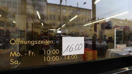Auf die nachlassende Kundenfrequenz im Stadtteil reagiert Costa Fudulis, der seinen Fu-Markt an der Neuburger Straße bis zur Wiedereröffnung des Bürgerbüros zwei Stunden früher schließt.